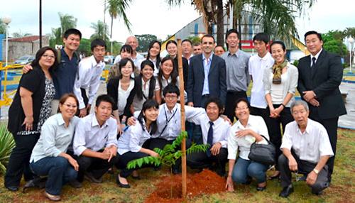 サンパウロ州、グアララペス市を表敬訪問。名取広場にて記念植樹を行った2012年度派遣交流生14名。